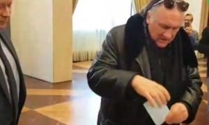 Россиянин Депардье выполнил гражданский долг - проголосовал за президента в Париже