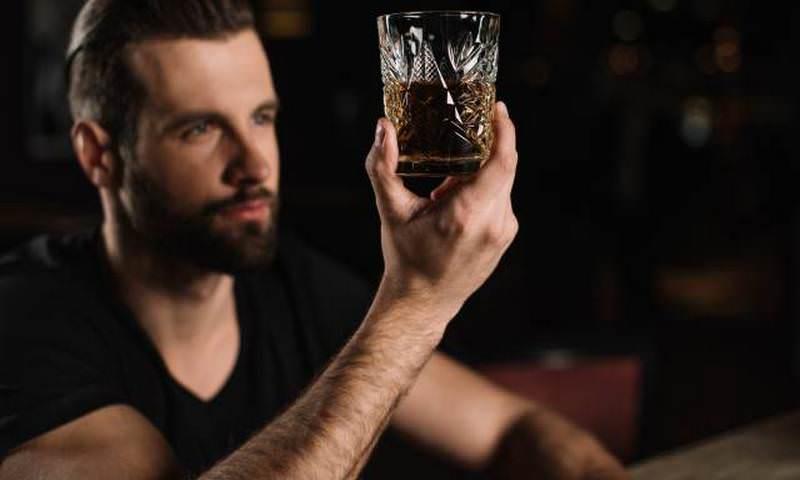 Ученые: умные люди склонны пить, материться и разбрасывать вещи