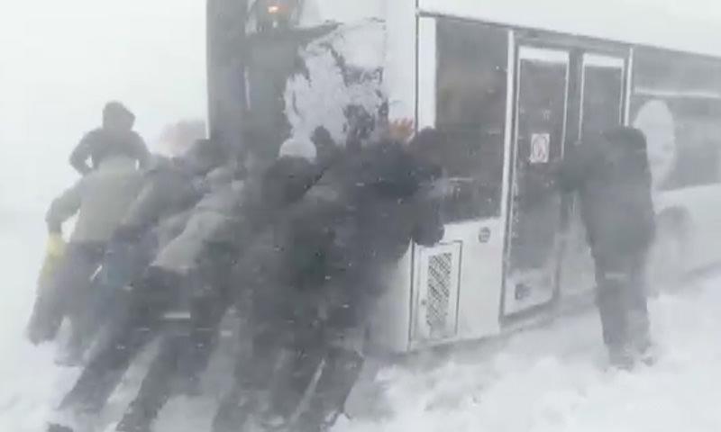 Город утопает в снегу: мощный циклон парализовал  Южно-Сахалинск