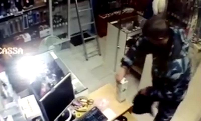 В Домодедово охранник украл из секс-шопа резиновый член