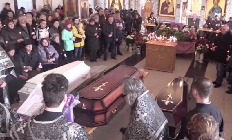 Сотни людей пришли на отпевание погибшей в Кемерово семьи