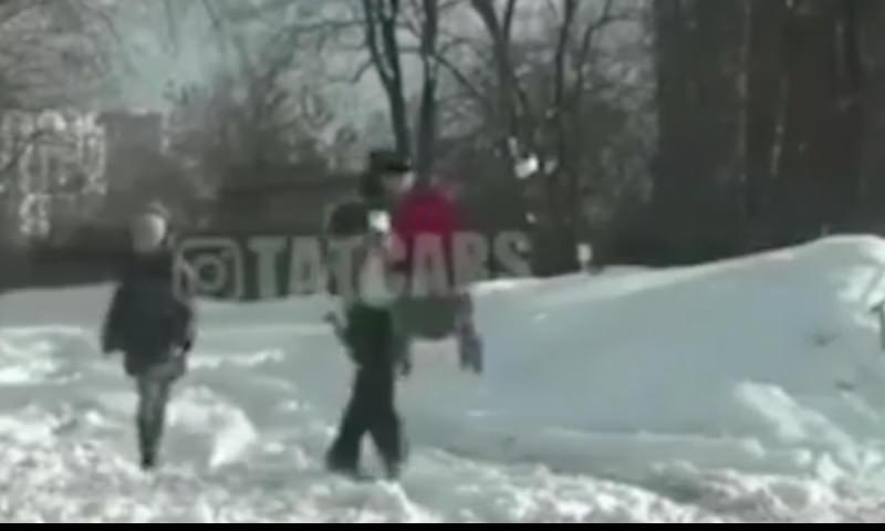 Инспектор ДПС помог женщине вызволить коляску из снежного плена
