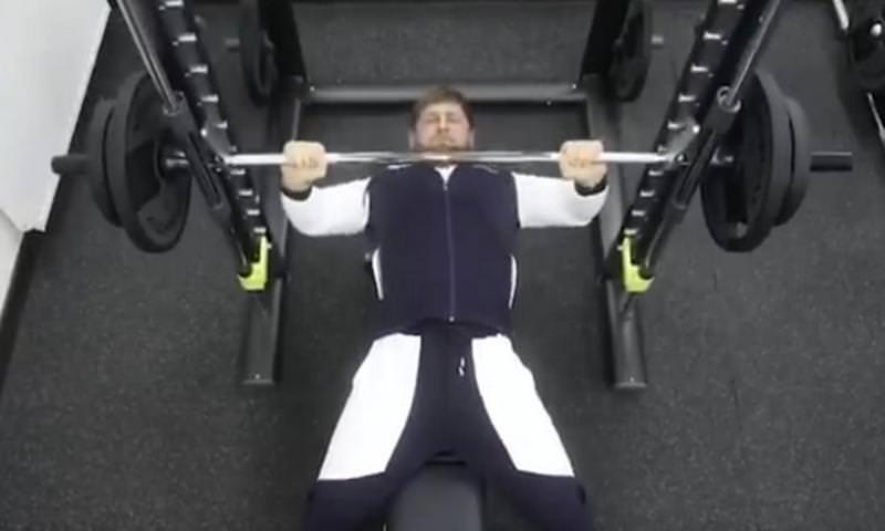 Кадыров 18 раз поднял штангу 100 кг на эстафете