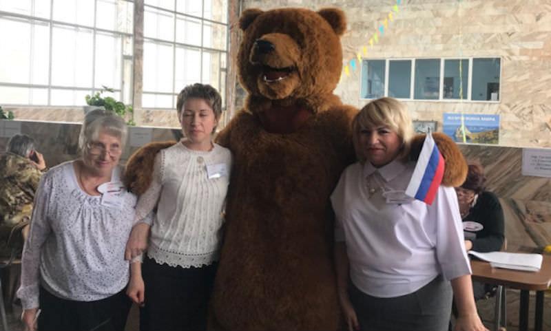 Голые люди, медведь и рыцари: кто пришел на выборы