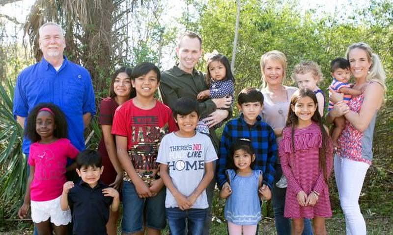 Молодая пара приняла в семью 9 братьев и сестёр, чтобы их не разлучать