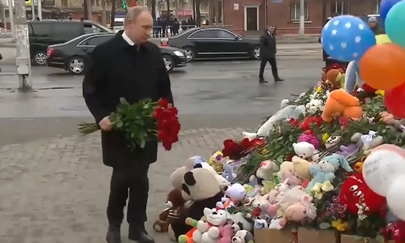 Путин возложил цветы к мемориалу у сгоревшего ТЦ в Кемерово