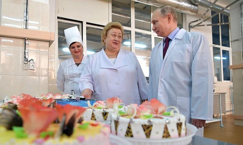 Путина соблазнили рулетом с маком и