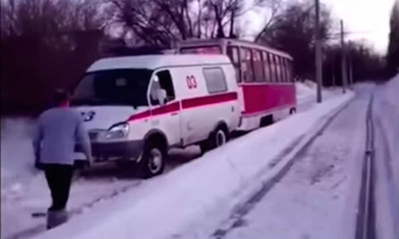 Только в России: застрявшую в сугробах скорую вытащил...трамвай