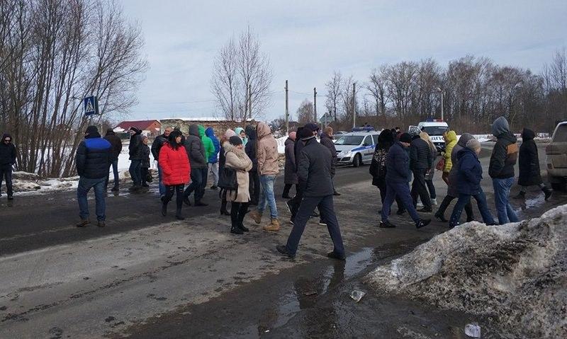 Под Коломной жители  перекрыли дорогу  к местной свалке