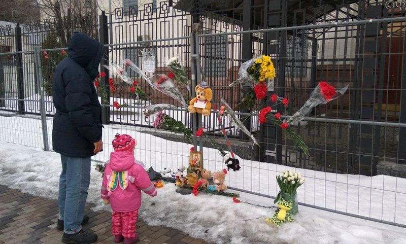 Украинцы несут цветы к посольству РФ в Киеве в связи с трагедий в Кемерово