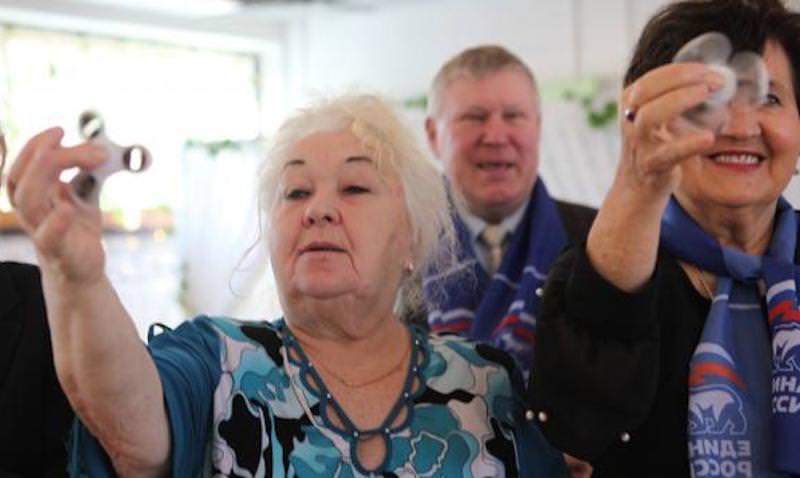 Питерским пенсионеркам к 8 марта вручили спиннеры