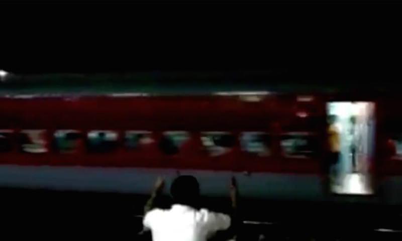 Поезд лишился локомотива и чуть не разбился на полной скорости