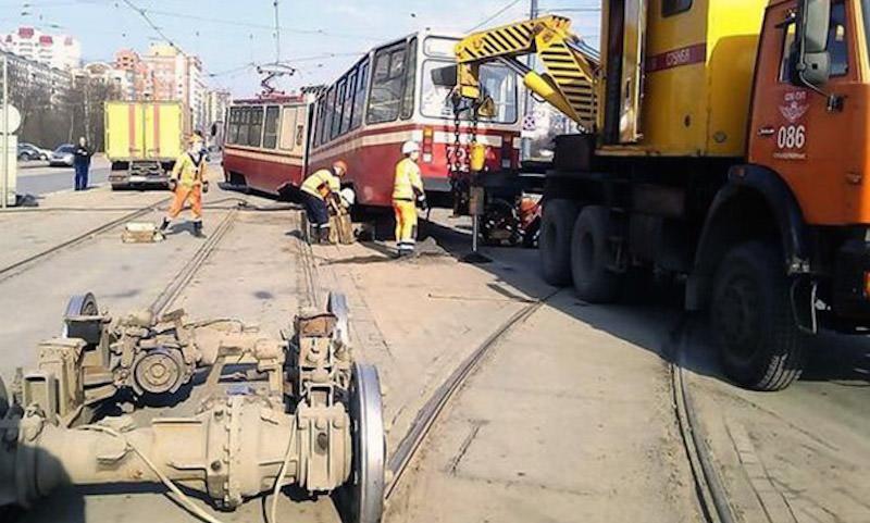Питерский трамвай сошел с рельсов и развалился