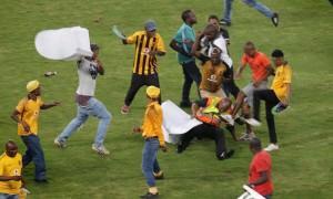 Толпа беснующихся фанатов в ЮАР помчалась на поле бить футболистов