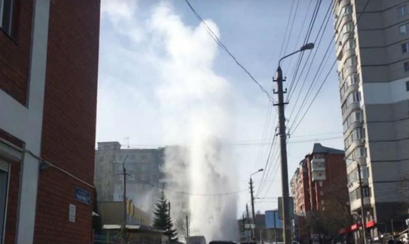 Вцентре Тулы бьет горячий «гейзер» вышиной спятиэтажный дом