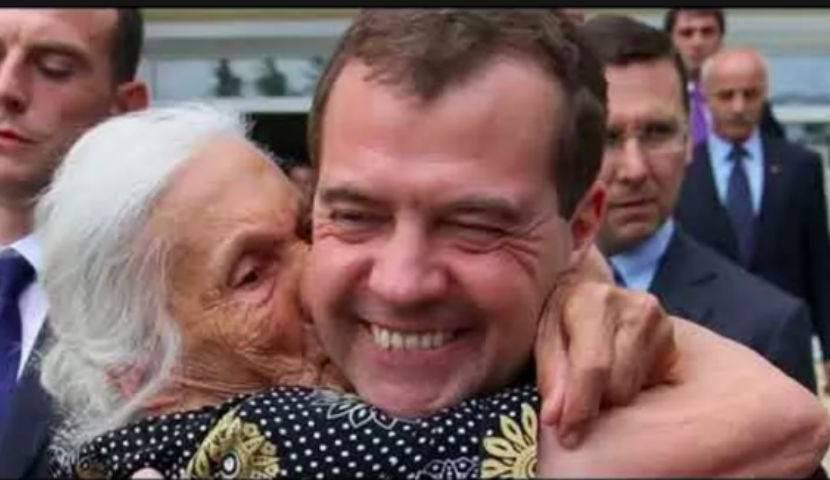 Медведев вспомнил про пенсию своей бабушки