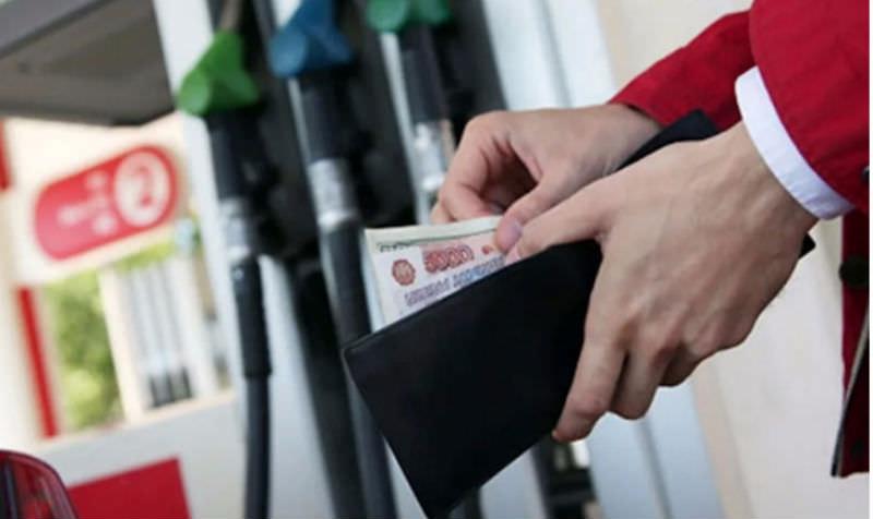 Чиновники рассказали россиянам, почему взлетели цены на бензин
