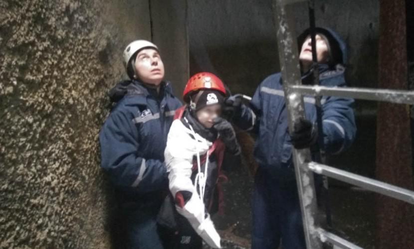 Спасатели вытащили упавшего в таинственный бункер мальчика
