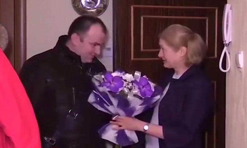 Чиновник поздравил петербурженку с годовщиной теракта