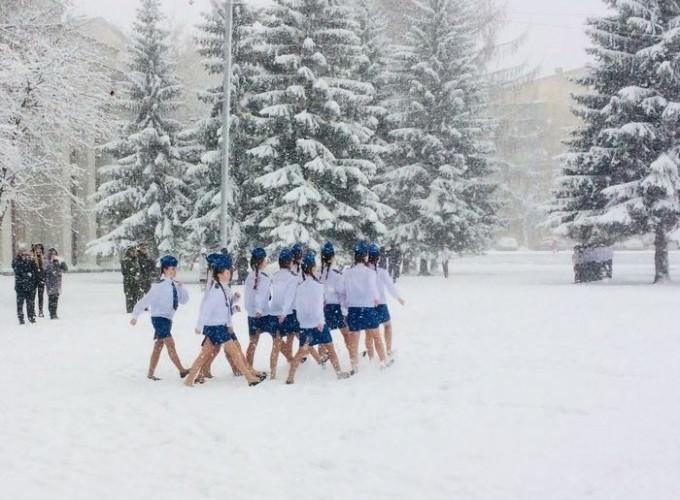 Девушек в мини-юбках выгнали в снегопад на репетицию парада
