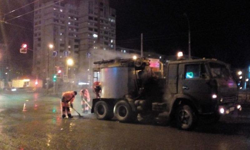 В Казани дорожники начали класть асфальт в лужу