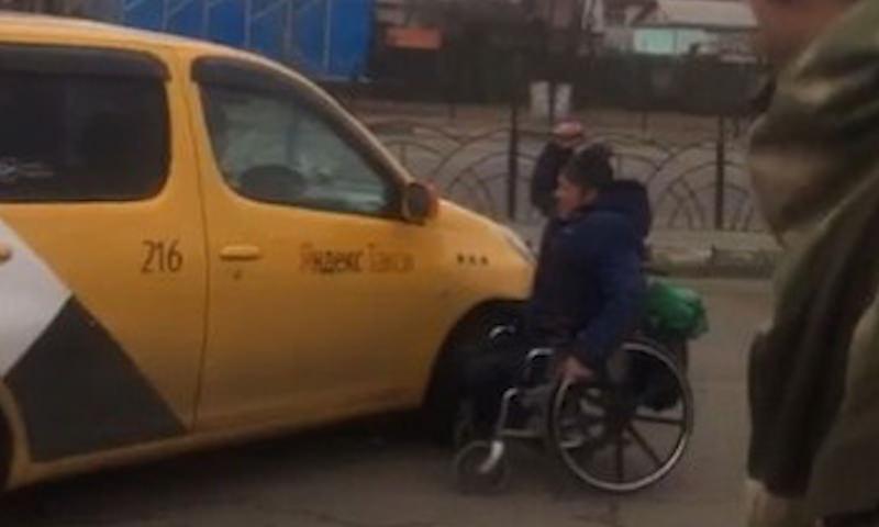В Благовещенске инвалид бросился с ножом на машину такси