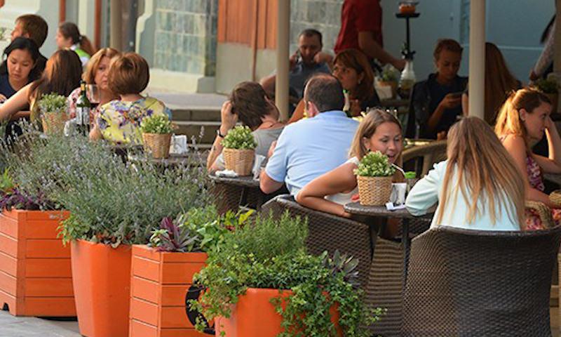 Первые летние кафе открылись в Москве