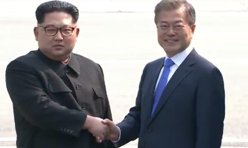 Лидеры КНДР и Южной Кореи пожали друг другу руки