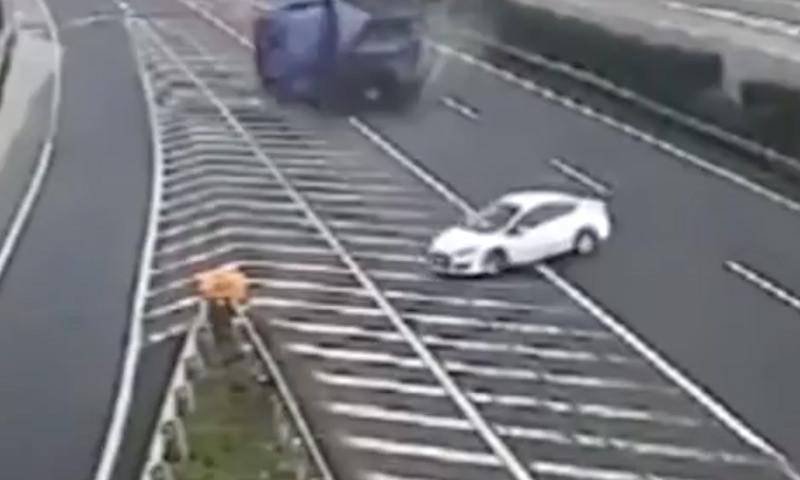 Ангел-хранитель помогает водителям белых машин