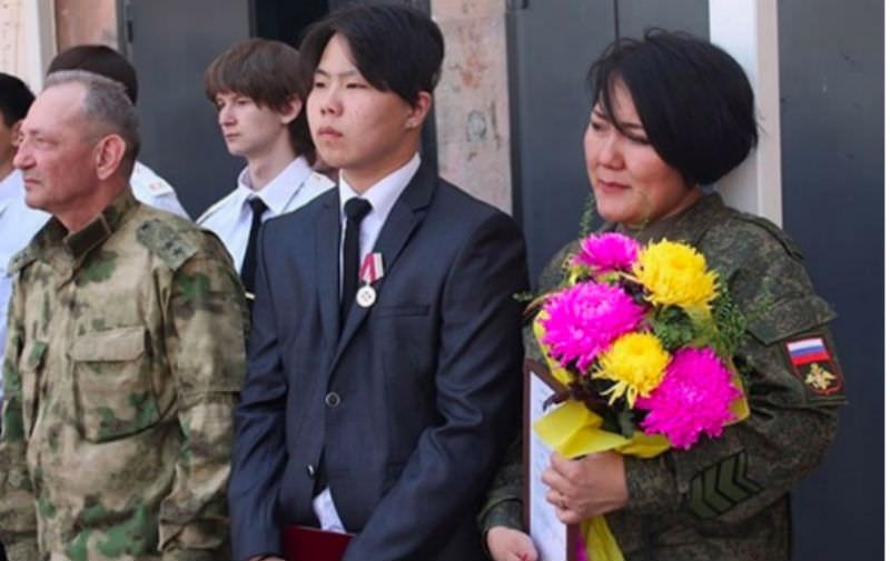 За отвагу бурятского школьника наградили генеральской шапкой