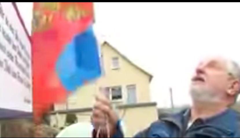 Немец повесил флаг России, протестуя против обвинений в