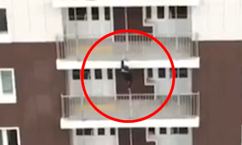 Школьник устроил спуск по балконному пролету
