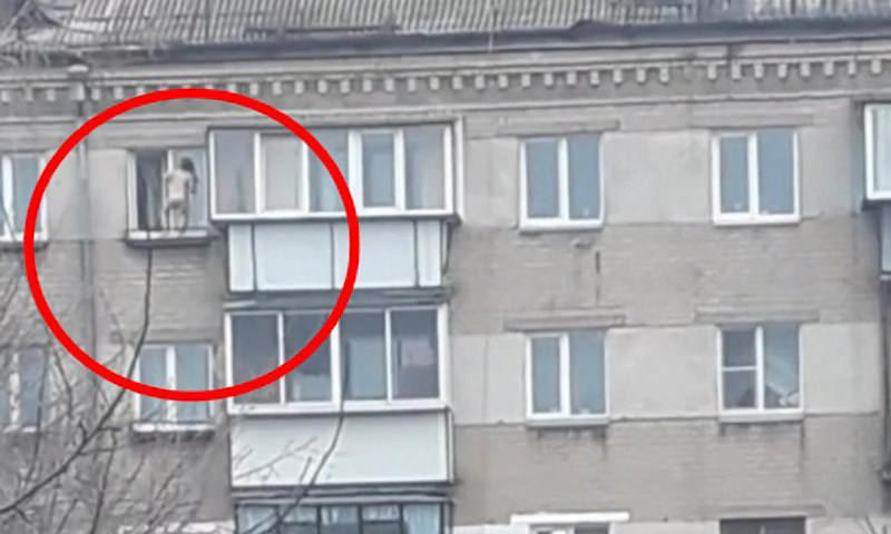 Ребенок станцевал на карнизе пятого этажа дома