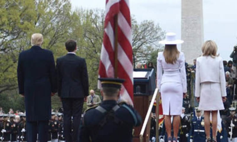 Жена президента Франции забыла надеть попу