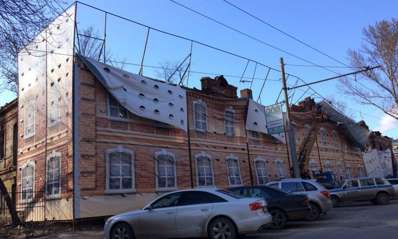 У вас стабильность отклеилась: в Саратове ветром порвало дом
