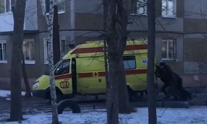 В Омске карета скорой помощи застряла в яме во дворе