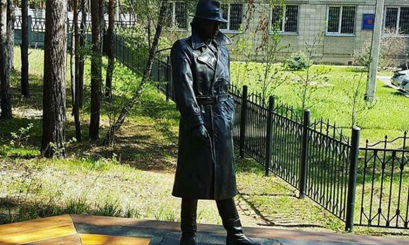 «Вор должен сидеть в тюрьме»: в Сибири появился памятник Жеглову