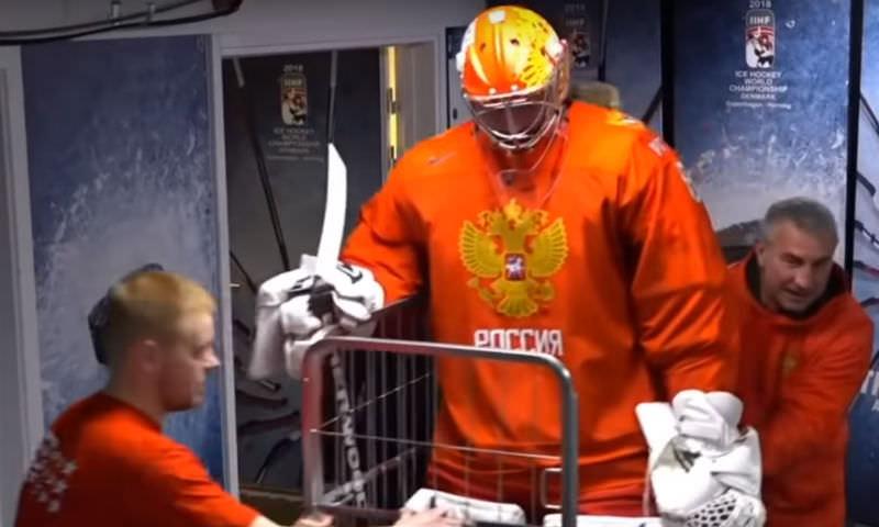 Вратаря сборной России по хоккею доставили на лед в тележке