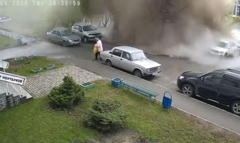 Бабушку смыло потоком из прорвавшейся канализации в Барнауле