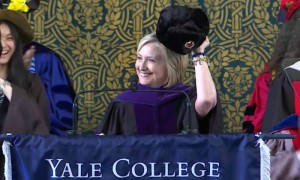 Хиллари Клинтон пришла к студентам с советской шапкой-ушанкой