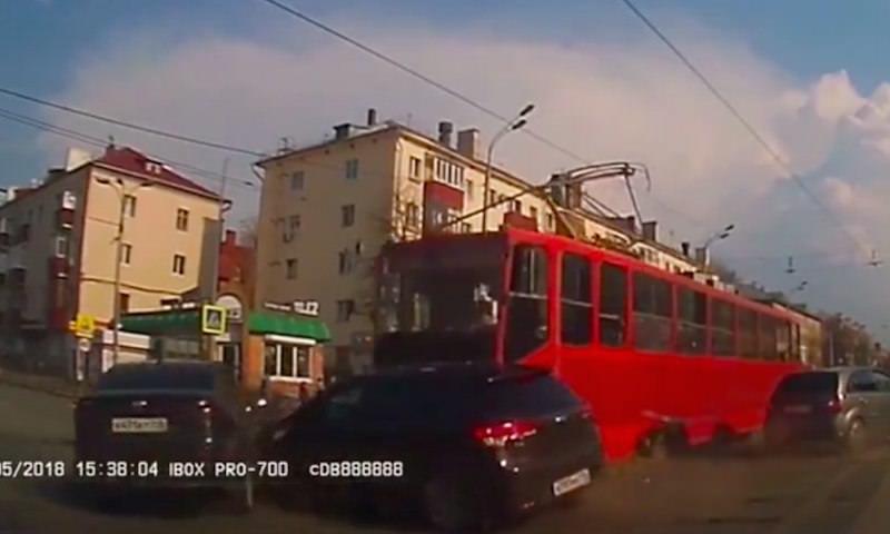 Снесший три машины трамвай был снят на регистратор в Казани