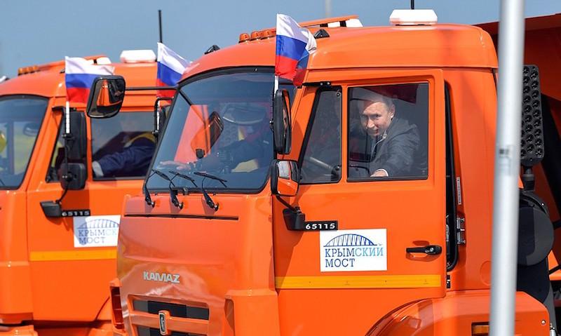 Путин за рулем КамАЗа торжественно открыл Крымский мост