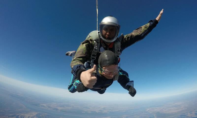 Ветеран в 93 года прыгнул с парашютом с 4000 метров