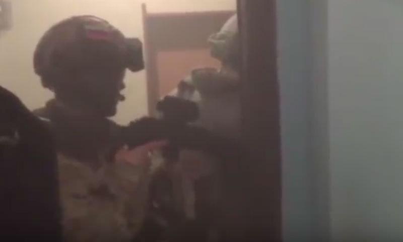 На видео был снят штурм квартиры расстрелявшего троих полицейских мужчины
