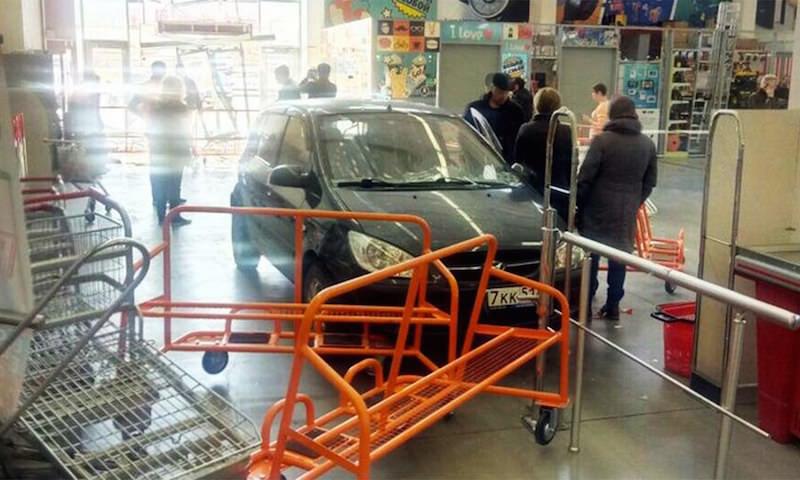 На авто в торговый зал: пенсионер перепутал педали в Мурманске