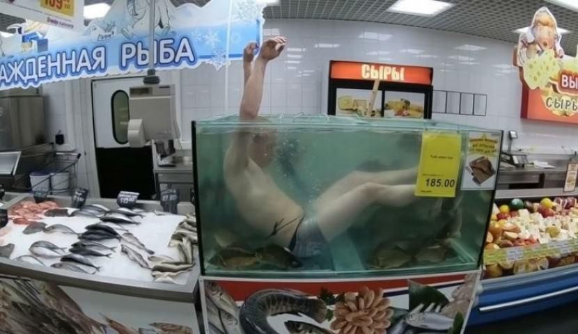 Ихтиандр нырнул в аквариум с живой рыбой в супермаркете