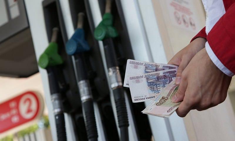 Средняя розничная цена на бензин в РФ превысила 41 рубль