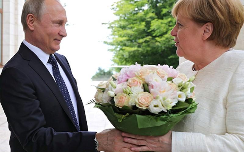 Разгадан тайный смысл букета, который Путин вручил Меркель