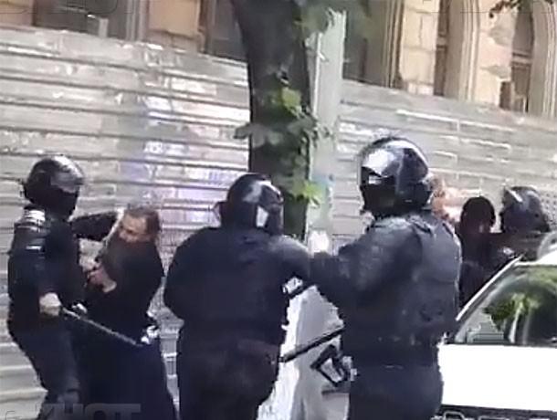 Забавная драка священника с полицейскими произошла на гей-параде в Кишиневе