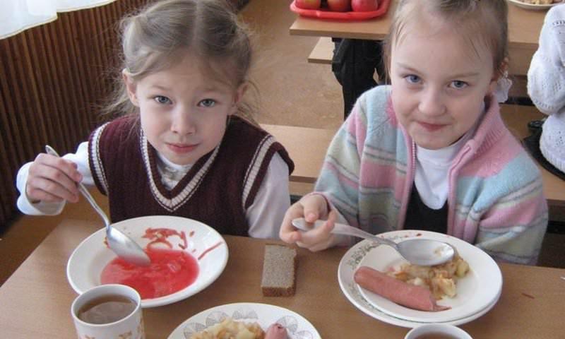 Российские школьники питались в кредит под 36 процентов годовых